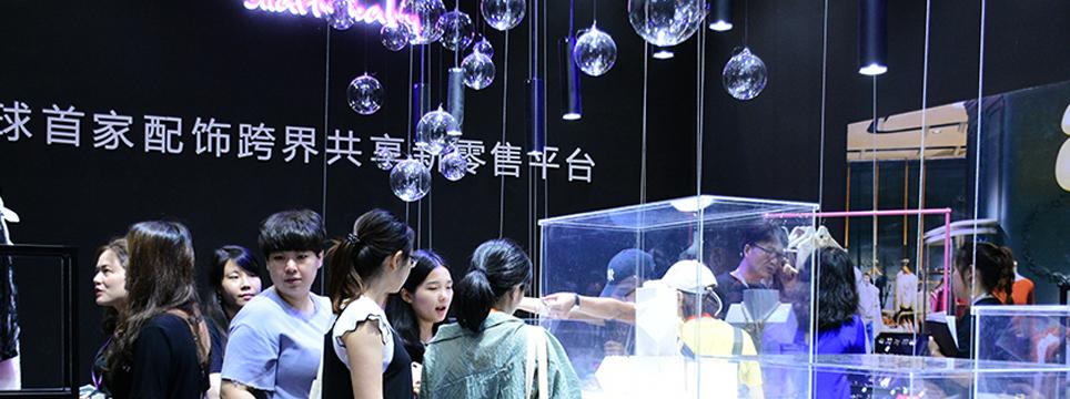 近日,2018时尚深圳展在深圳会展中心圆满举行。20场时尚大秀、12场论坛、三大时尚盛典晚会,艺术、设计、科技、生活、文化等诸多元素,以跨界、共享与多元的全新姿态,让本届时尚深圳展打造出全新的时尚体验。
