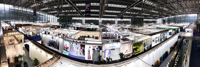 """近日,第20届FS深圳国际服装供应链博览会在深圳会展中心完美落幕,汇聚了最前沿的时尚风向和优秀的产业资源,吸引了大批专业观众团体前来观展,各大时尚品牌百花齐放,为国内外的时尚达人带来了一场华丽精彩的""""Fashion Show""""。"""